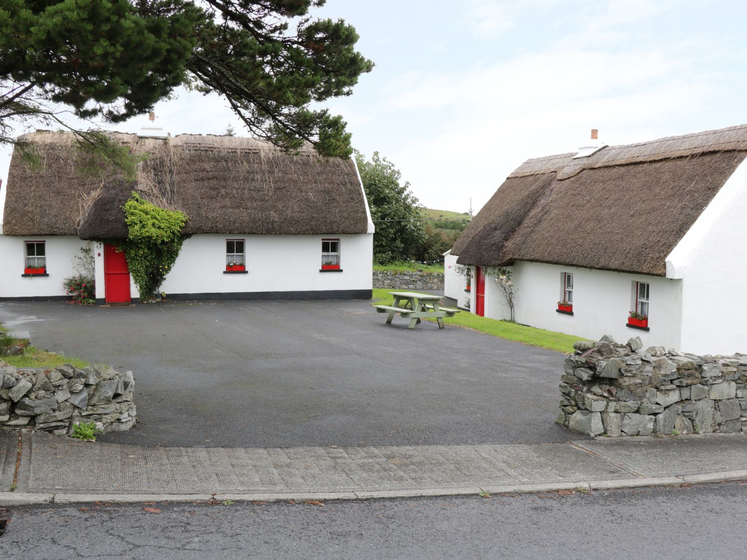 No 8 Renvyle Thatched Cottages - Shancroagh & County Galway - 986947 - photo 1