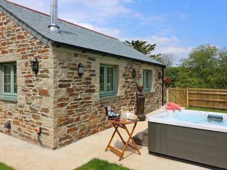 Awesome Holiday Cottages With A Hot Tub Home Interior And Landscaping Ponolsignezvosmurscom